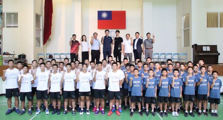 竹東國中、東泰高中受贈訓練用球。羽協提供