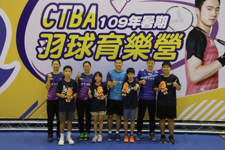 胡綾芳、許雅晴、李洋、王子維勉勵育樂營學員。羽協提供