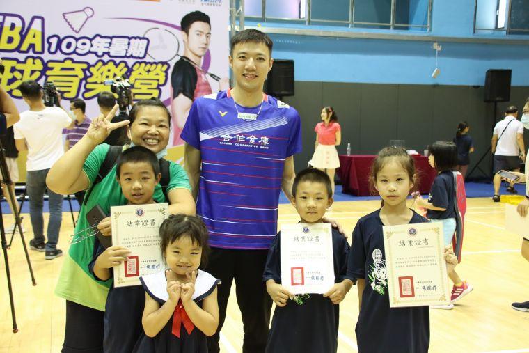 王子維率隊鼓勵小選手。羽協提供