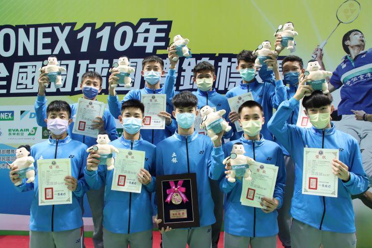 高男組冠軍土銀能仁A開心獲得大金羽球寶寶。大會提供