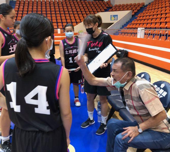 土庫教練父女檔楊雅惠(右二)如唱白臉、老爸楊鼎雄(右)偶也得扮一下黑臉。大會提供