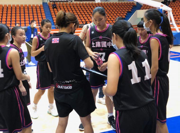 土庫新任學姊總教練楊雅惠勇於任事、予球員面授機宜。大會提供