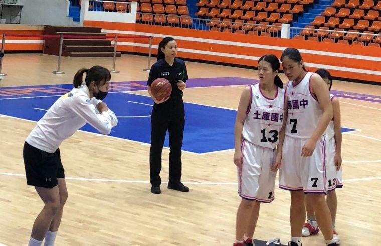 土庫新教練楊雅惠不斷提醒子弟。大會提供