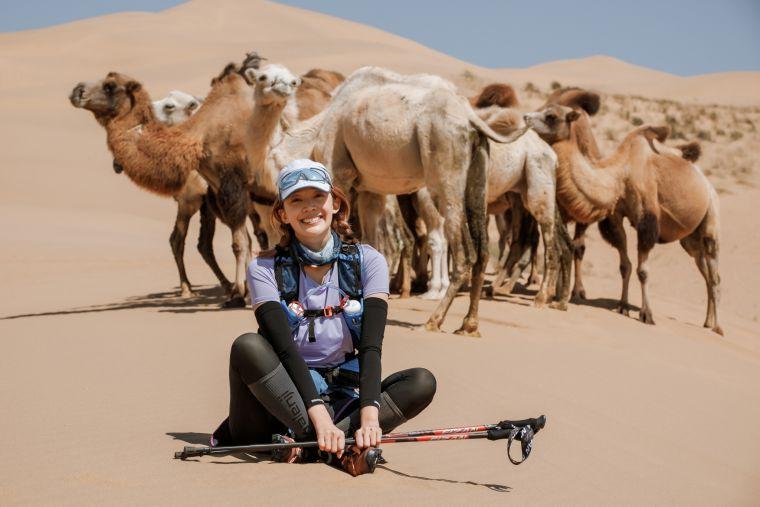 在烏蘭布和沙漠巧遇野生駱駝,心恬興奮合影。SUPERACE提供