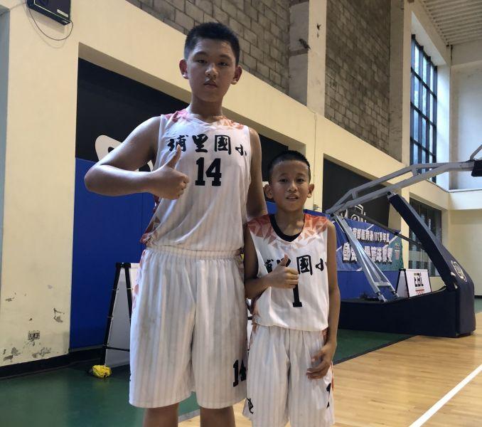 埔里177公分、88公斤的李育誠(左)與137分、30公斤的李喬雋懸殊、絕佳「大小配」。