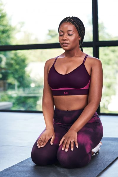 壓模式一體成型罩杯的「UA Infinity」運動內衣,擺脫傳統運動內衣較扁平的襯墊,使運動內衣形成更加自然的形狀,輕薄服貼。官方提供
