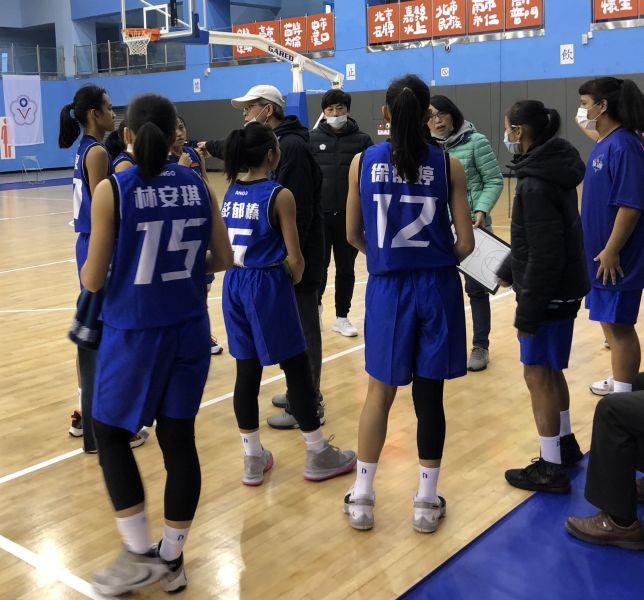 大倫夫妻檔教練徐正昌、劉文君合帶球員默契無礙,領軍3連勝。大會提供