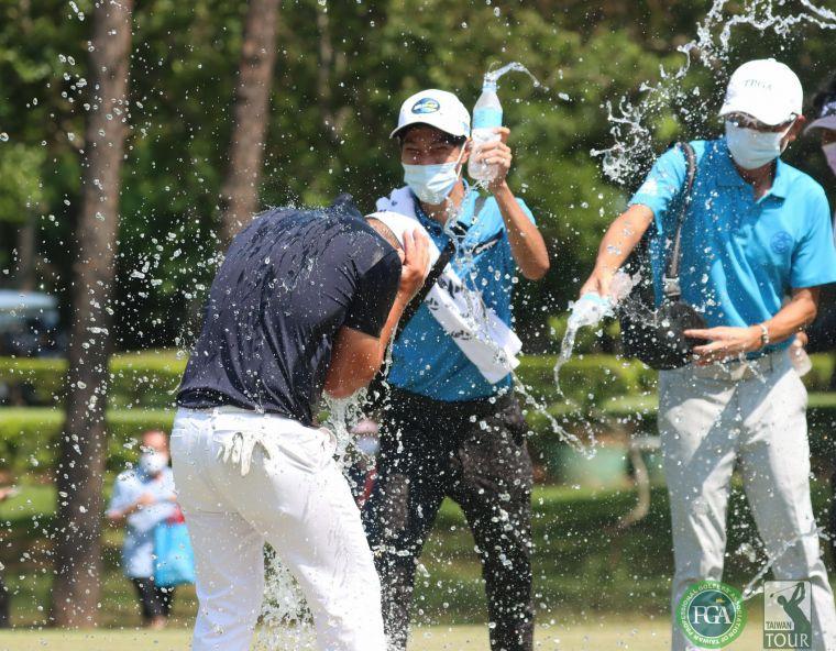 大安集團協理顧長城(右)為冠軍得主詹世昌澆水慶祝。鍾豐榮攝