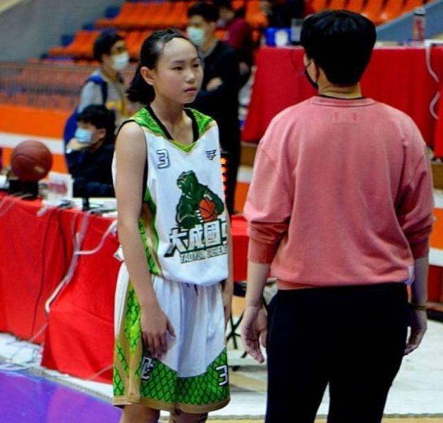 大成教練陳萓峰不忘叮嚀愈打愈好的國一菜鳥吳紜禎。大會提供