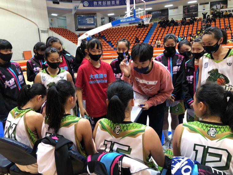 大成菜鳥教頭陳萓峰暫停時不斷予球員耳提面命。大會提供