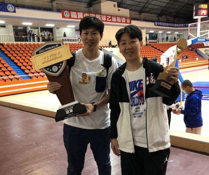 大成菜鳥教頭陳萓峰(右)嘗鮮即膺最佳教練,麻吉劉君儀分享好手氣。大會提供