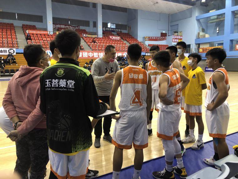 大成2連敗教練溫志中依然予球員鼓勵。大會提供