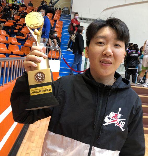女乙級最佳教練大成陳萓峰。大會提供