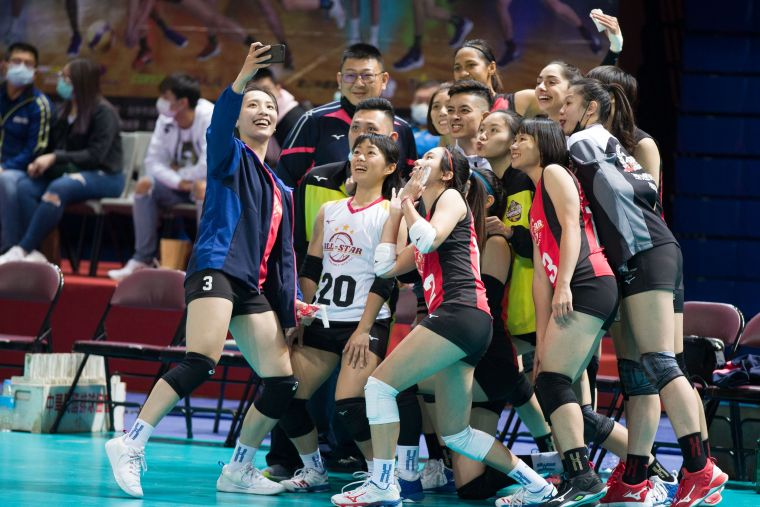 女子對抗賽場上合照。中華民國排球協會提供
