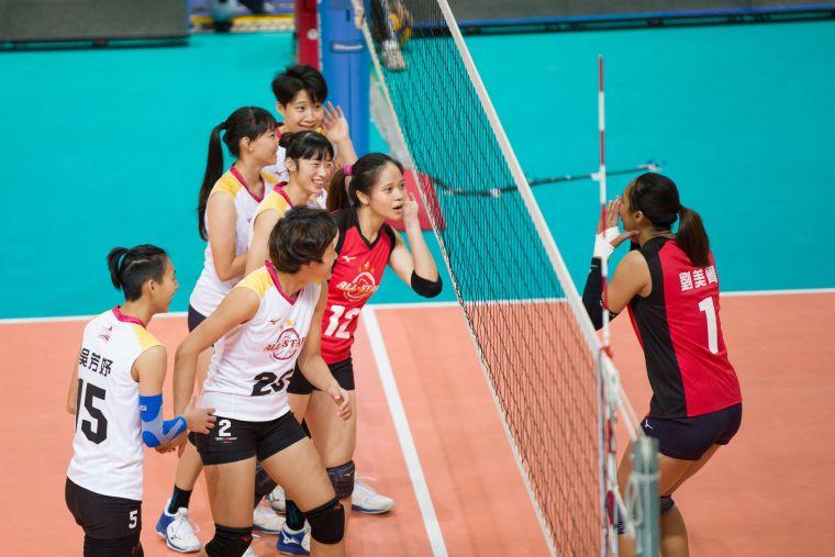 女子對抗賽場上逗趣互動。中華民國排球協會提供