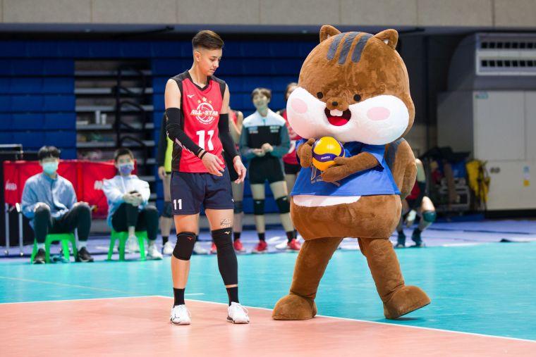 女子明星紅隊 陳菀婷與碰企互動。中華民國排球協會提供