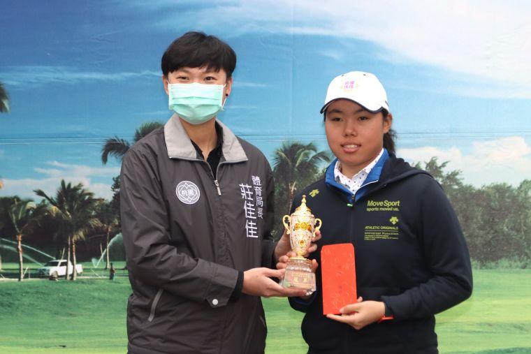 安禾佑(右)獲得桃園高爾夫扶輪社公益盃青少年精英邀請賽總桿冠軍,左頒獎人桃園市體育局長莊佳佳。大會提供