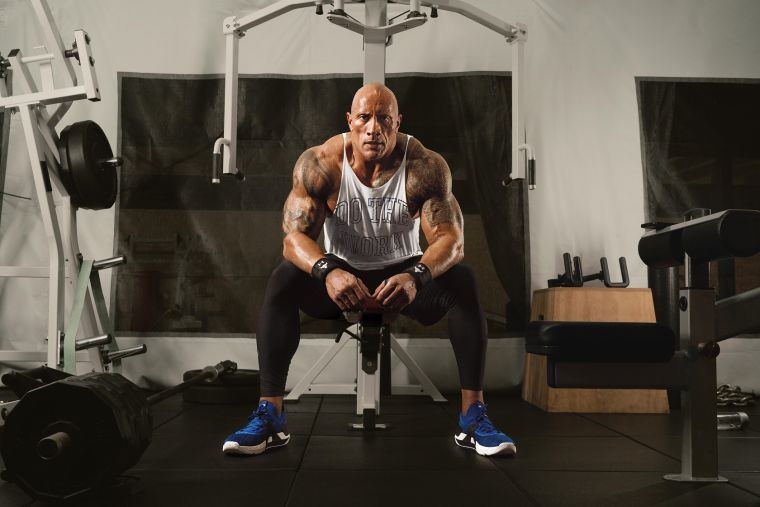 專業運動品牌UNDER ARMOUR再度攜手巨石強森推出「UA Project Rock」全新硬派風格訓練服飾,向對鍛鍊極度自律的巨石強森致敬。官方提供