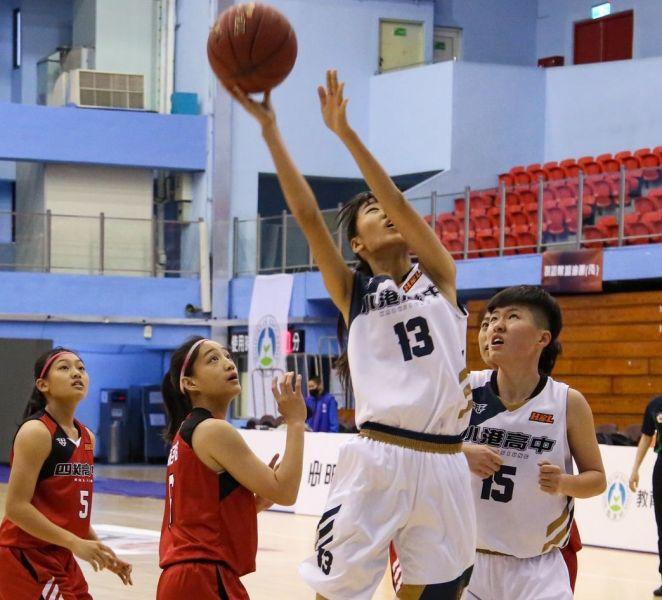 小港中鋒劉子榕籃下強攻12分、16籃板「雙十」。大會提供