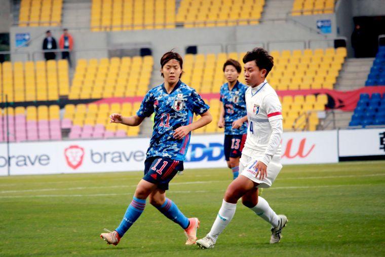 就讀大一的中華隊新星藍昱絜(右)。全國足協提供