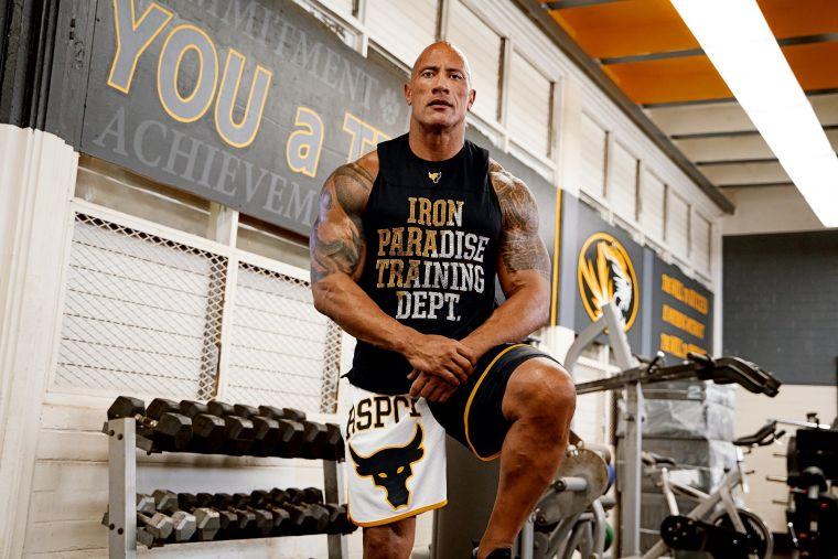 巨石強森積極運用自身影響力傳遞如何透過健身鍛鍊來培養鋼鐵般的意志、戰勝苦練等正向能量。官方提供