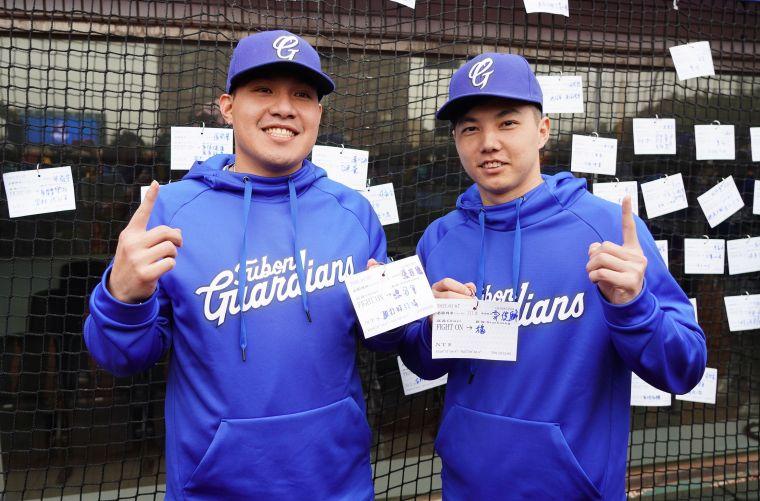 張進德、郭俊麟期許自己新球季有穩定表現。官方提供