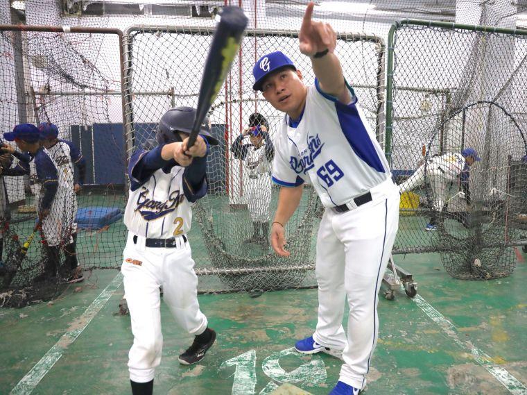 張進德指導光華國小少棒隊打擊技巧。大會提供