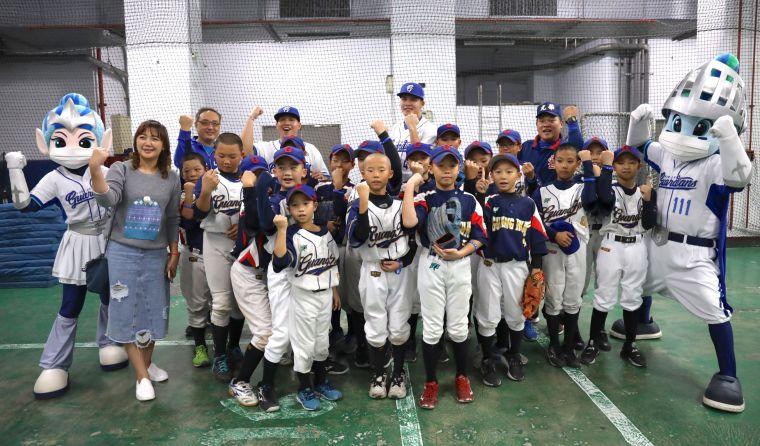 悍將新北市棒球教室巡迴 張進德、范玉禹前進新北光華國小。大會提供