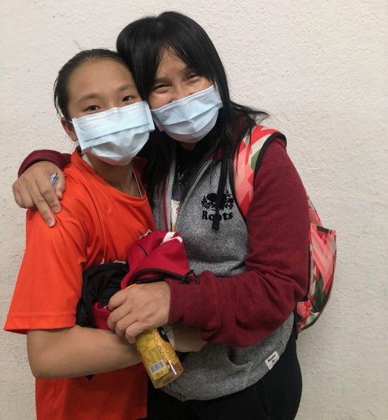 懷生教練何素青與愛將小巨人陳孜綺「愛的抱抱」。大會提供
