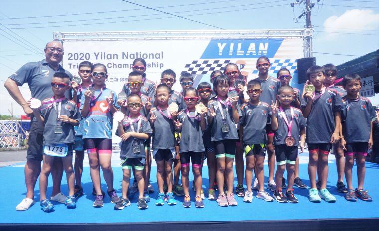 成軍20年的超冠小鐵人獲得4金4銀1銅。中華民國鐵人三項協會提供