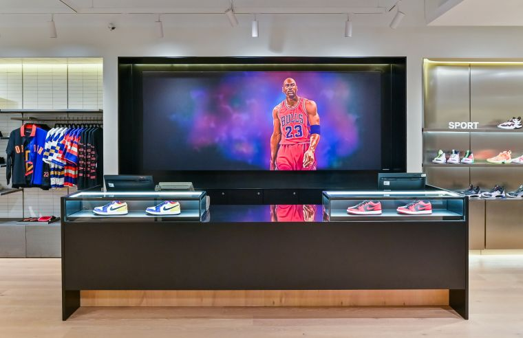 插畫家BAMBAMBAM 以寫實筆觸,勾勒出 Michael Jordan 在籃球場和潮流文化界的傳奇身影。官方提供