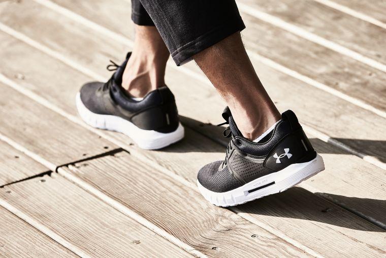 搭載HOVR緩震系統的休閒慢跑鞋「UA HOVR CTW」外型簡潔俐落,提供輕盈舒適的零重力腳感。官方提供