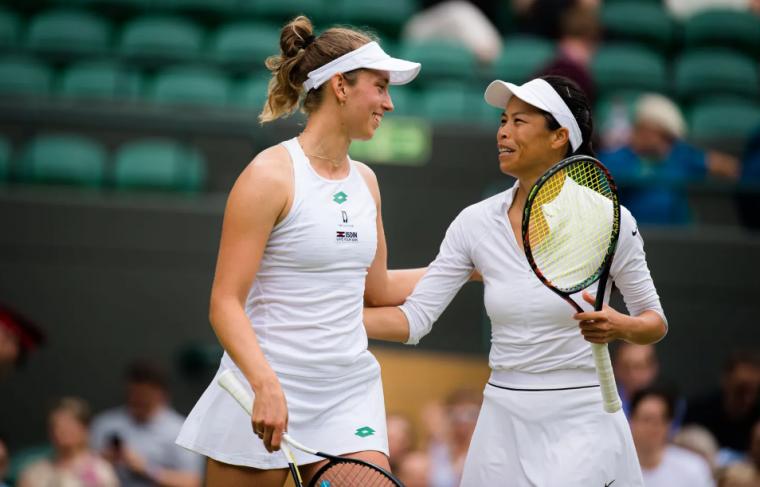 梅兒騰絲(左)提前確定重返世界女雙球后。摘自WTA官網