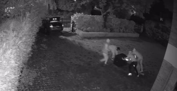4名小偷在詹姆士家裡偷保險箱。摘自詹姆士IG
