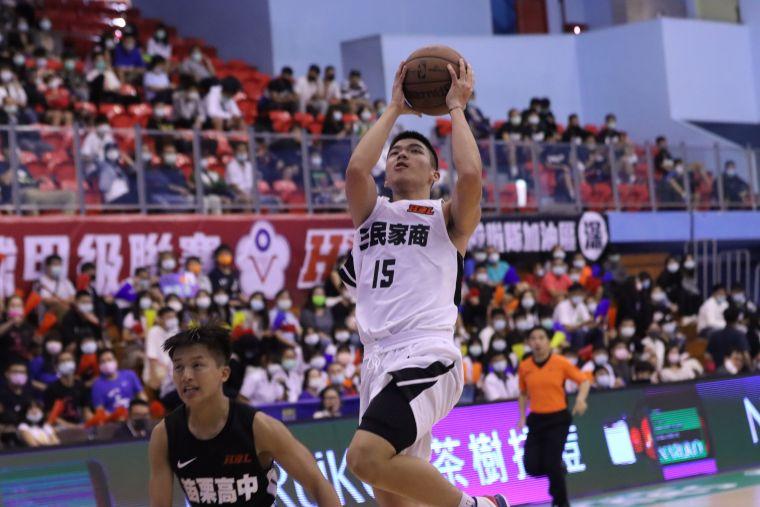 攻下21分、8籃板的「馬公之光」李宥騏是三民 晉級大功臣。大會提供