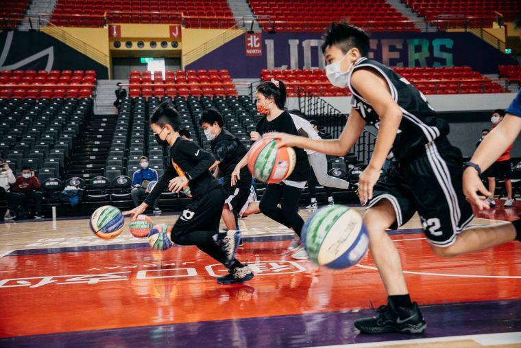 攻城獅球團開設青少年隊、成人籃球訓練班 全力推廣基層籃球。官方提供