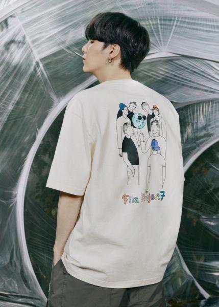 T-Shirt背面有BTS防彈少年團七個大男孩保護地球的插畫家手繪圖。官方提供