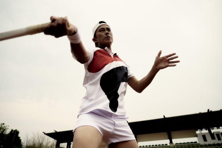 FILA 網球衫獻給男性F橫幅大LOGO,以趣味細節向過去致敬。官方提供