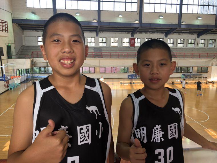 明廉兄弟檔哥哥黃吳彥廷(左)想繼續打球、弟弟黃吳彥儒卻想當兵。大會提供