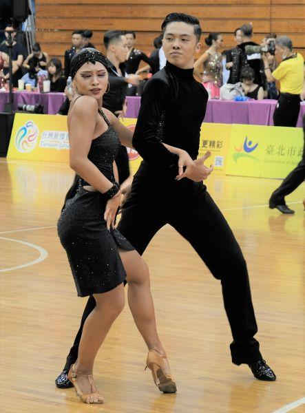 曾瑋晟與葉奕萱拿下青年組與21歲以下青年組拉丁舞兩面金牌。大會提供