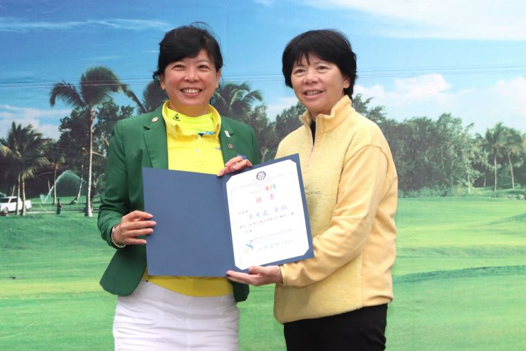 曾秀鳳老師(右)是桃園高爾夫扶輪社顧問,左為現任社長許宜珍。大會提供