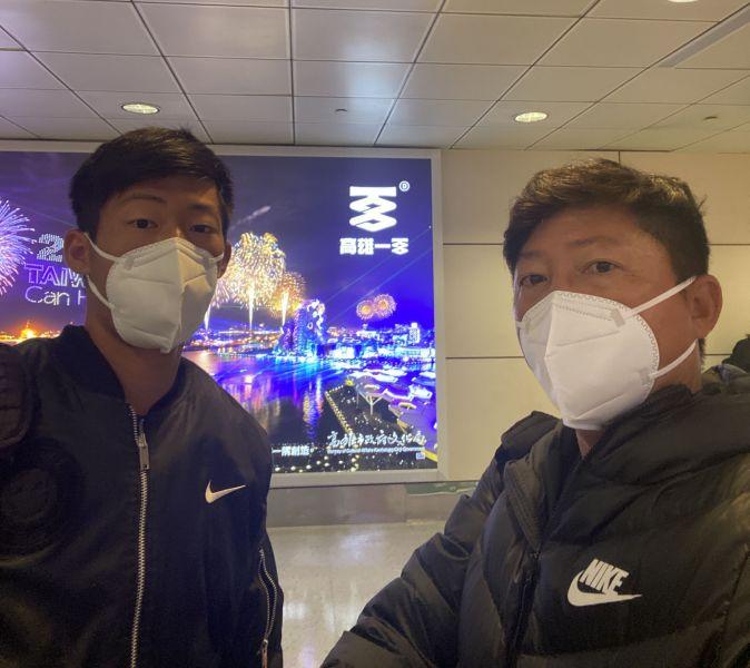曾俊欣(左)與父親曾育德一同平安返台。摘自曾育德臉書