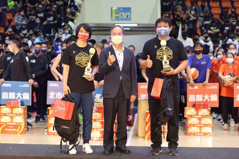 最佳教練安康馬澤閎(右)、民族許秀勉(左)。大會提供