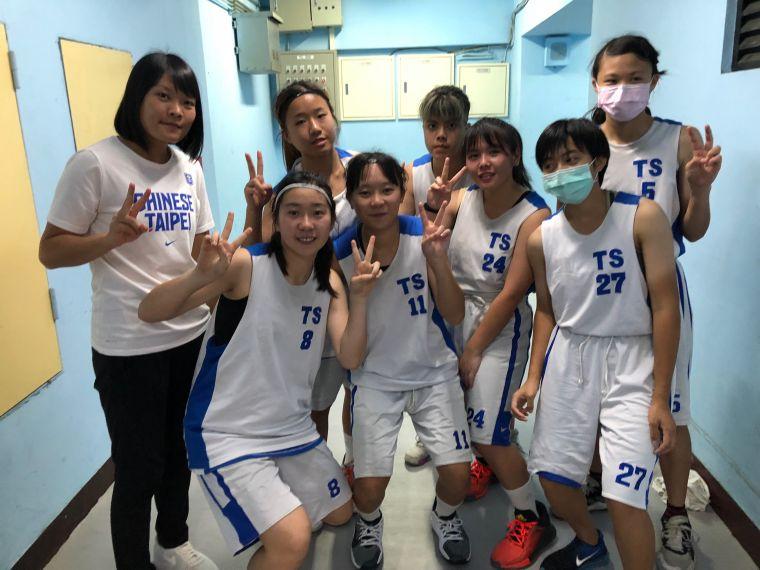 東勢7名超愛籃球的「山中女孩」與教練吳鈺淳(左)。大會提供