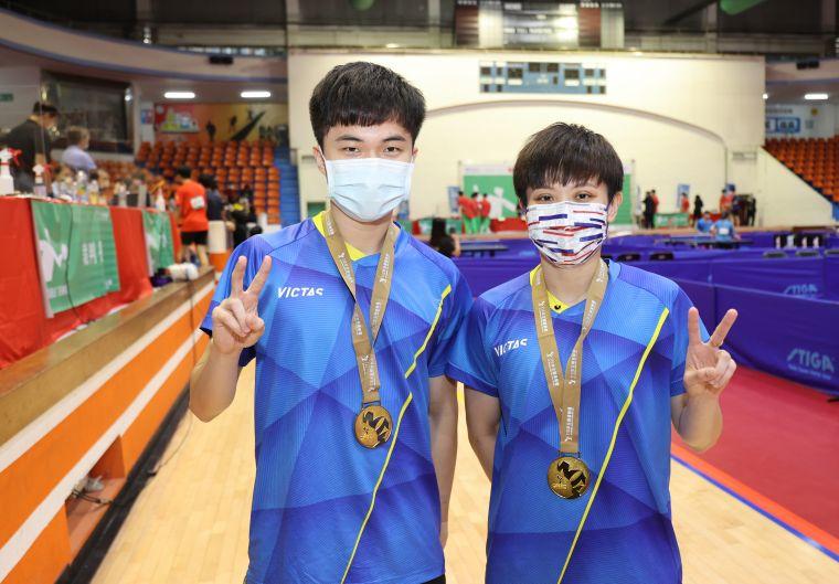 林昀儒(左)鄭怡靜摘金。李天助攝