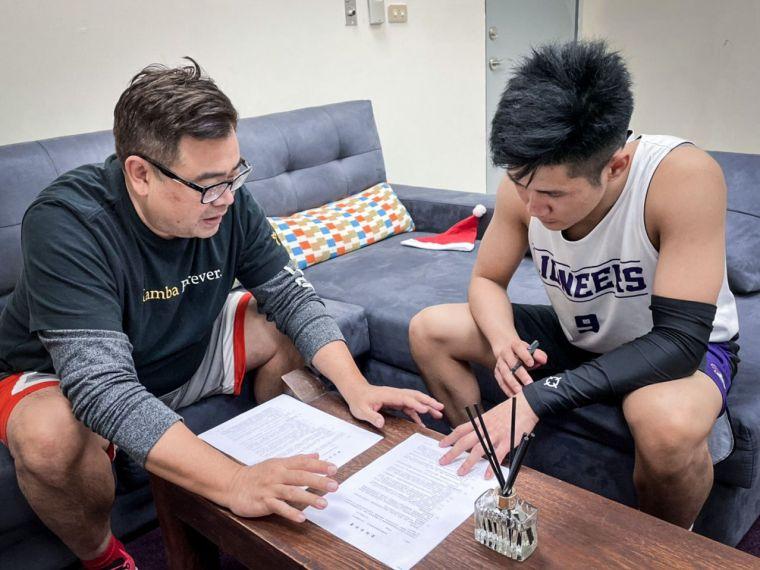 林明毅正式簽約加入新竹街口攻城獅。官方提供