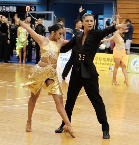 林詠鉦與莊雅晴拿下成人A組拉丁舞金牌。大會提供
