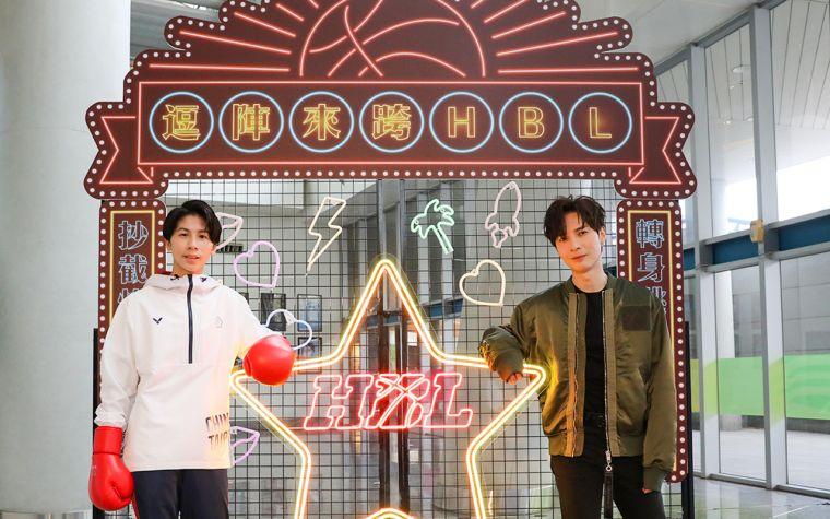 林郁婷(左)、陳勢安(右)於「HBL限定霓虹燈景」合影。名衍行銷提供