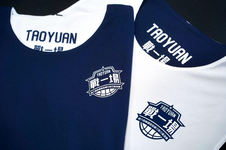 桃園三對三雙面紀念球衣。展逸國際提供