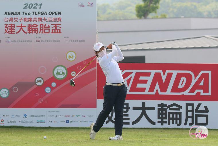 業餘選手廖信淳第一回合打出低於標準桿4桿的68桿佳績,單獨領先。葉勇宏攝